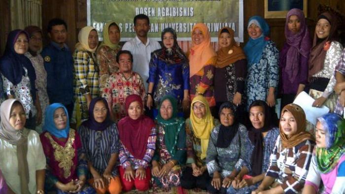Unsri Bina Perajin Anyaman Tikar Purun Desa Tanjung Atap Ogan Ilir